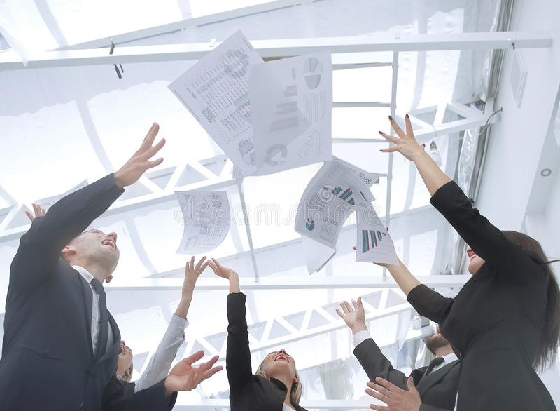 Sluit omhoog exultant commercieel team na het ondertekenen van het contract stock foto's