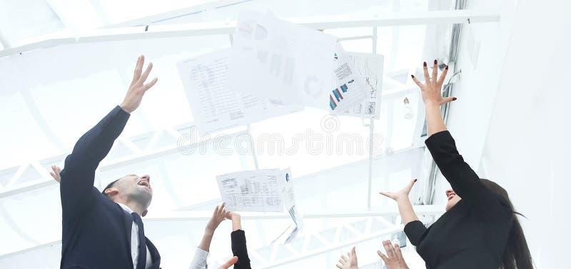 Sluit omhoog exultant commercieel team na het ondertekenen van het contract stock afbeelding