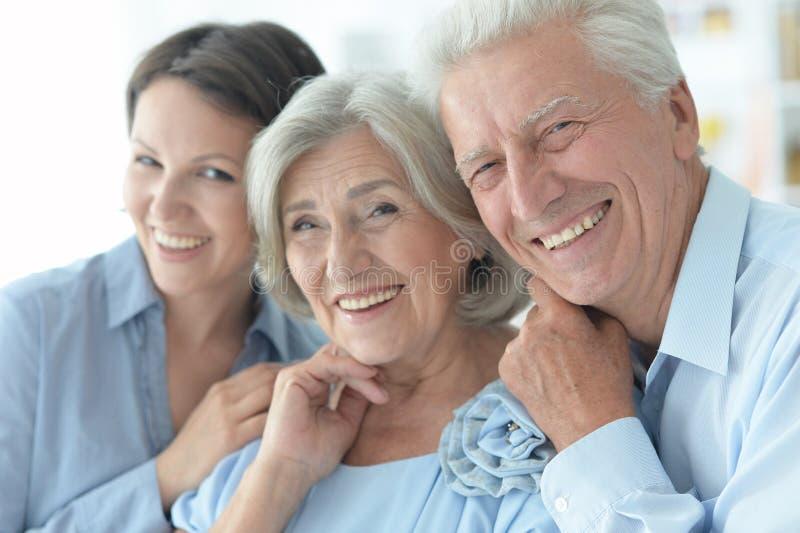 Sluit omhoog familieportret van gelukkige ouders met volwassen dochter stock foto