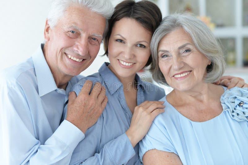 Sluit omhoog familieportret van gelukkige ouders met volwassen dochter royalty-vrije stock foto