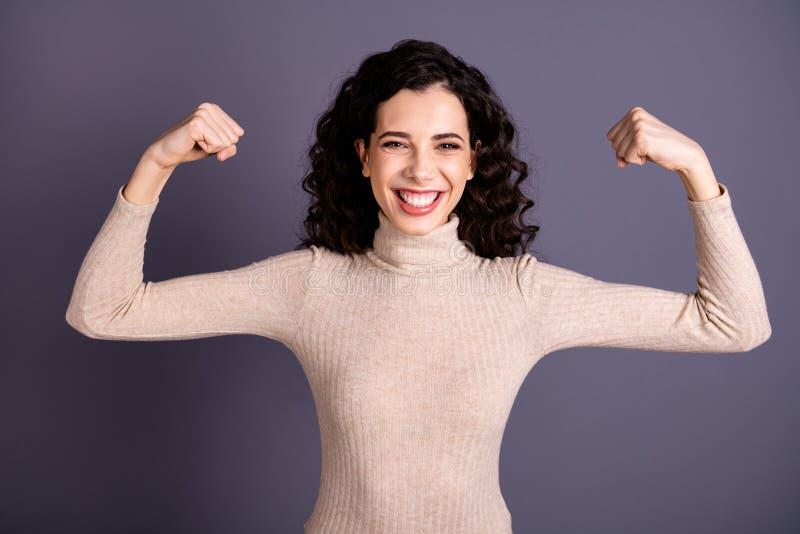 Sluit omhoog foto die aantrekkelijk verbazen zij haar dame die voorstellen koele grote spieren tonen ik de geen macht van heldenm royalty-vrije stock fotografie