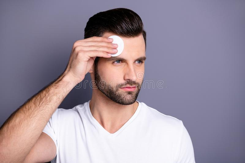 Sluit omhoog foto die hij hem zijn machokapsel na van het de stilistbezoek van de kapperswinkel schone gezichts perfecte de huidv stock afbeeldingen