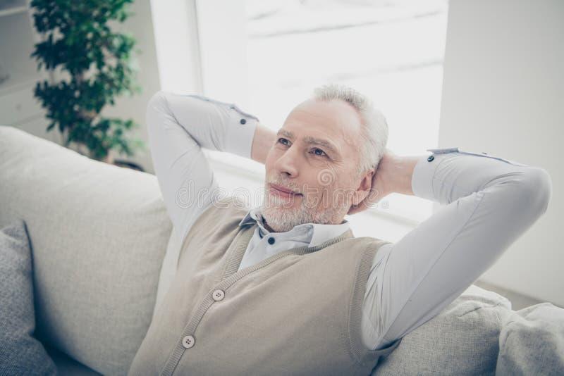 Sluit omhoog foto die hij hem zijn oude mens verbazen de extatische rust op handenwapens achter hoofddag van denkbeeldige vluchts stock foto