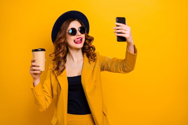 Sluit omhoog foto mooie funky zij haar de wapenstelefoon van damehanden maakt selfies hete de vakantie van de tongmond nemen stock afbeeldingen