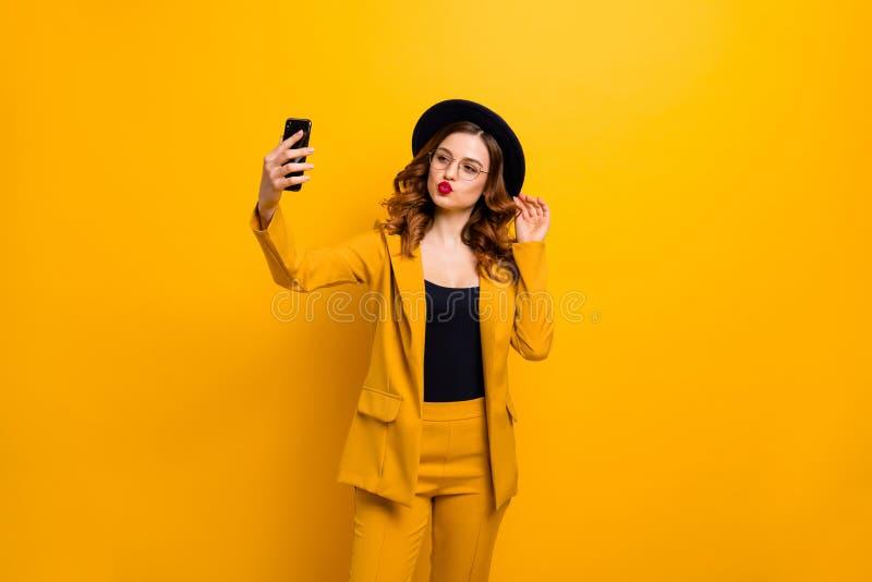Sluit omhoog foto mooie funky zij haar telefoon van het de handwapen van het damewapen maakt nemen selfies verzendt de vriendvrij royalty-vrije stock fotografie