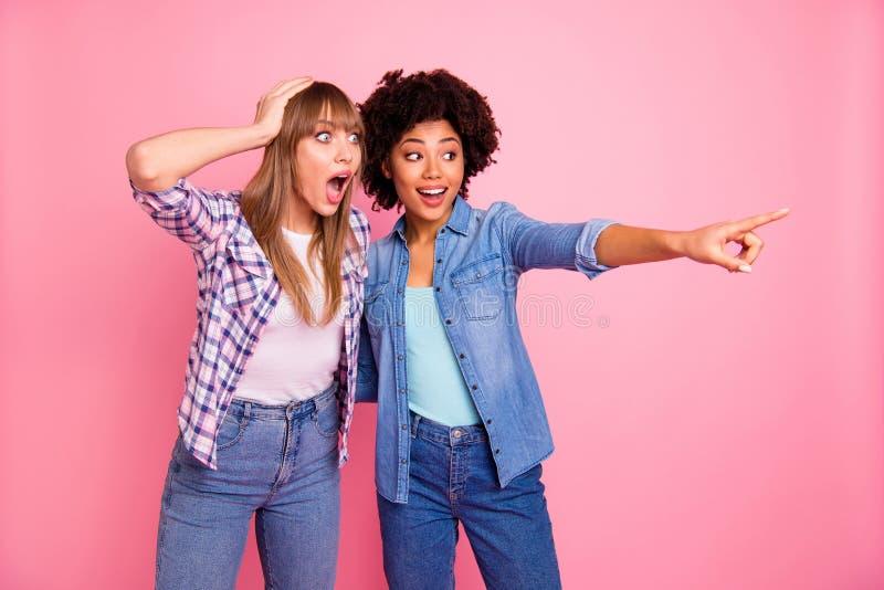 Sluit omhoog foto twee diversiteit zij haar dames het verschillende onverwachte ras vertelt over de geruchten van het nieuwsaande stock fotografie
