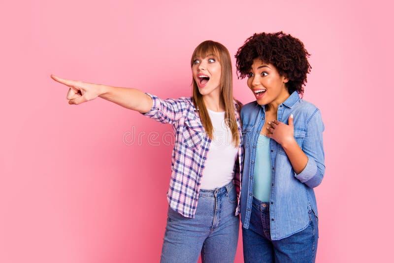 Sluit omhoog foto twee diversiteit zij haar verschillende dames benieuwd geweest rent vertellen over de geruchten van het nieuwsa royalty-vrije stock afbeelding