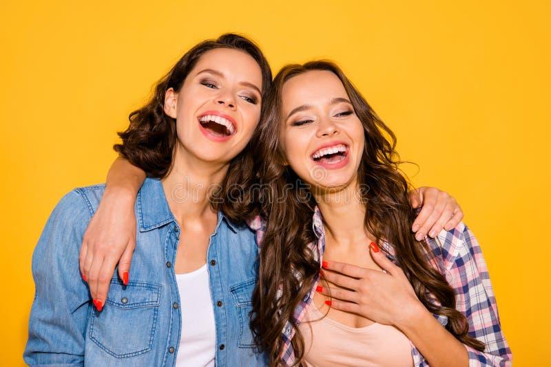 Sluit omhoog foto van aantrekkelijke vrij millennial persoon luisteren horen het grappenhumeur lach geniet van de opgewekte tevre stock foto's