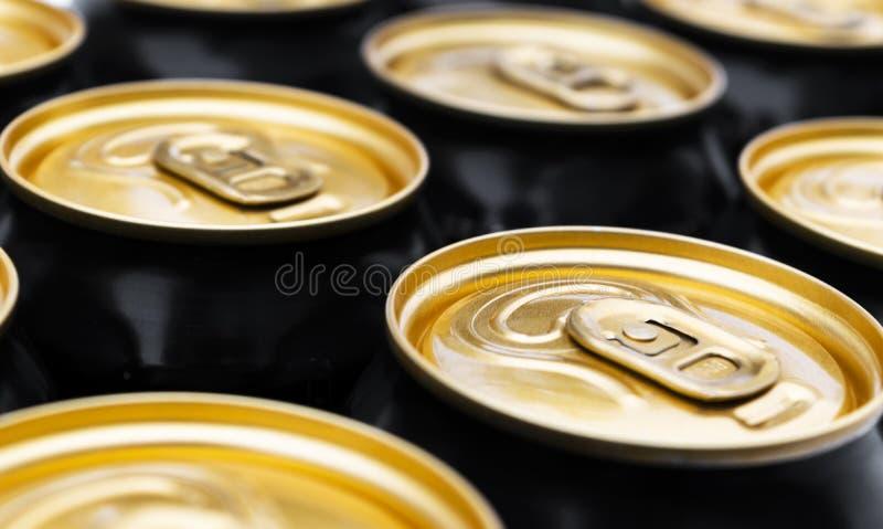 Sluit omhoog foto van aluminiumblikken in ruw Het aluminium kan achtergrond Kan vormen De blikken van de aluminiumdrank De drank  stock fotografie