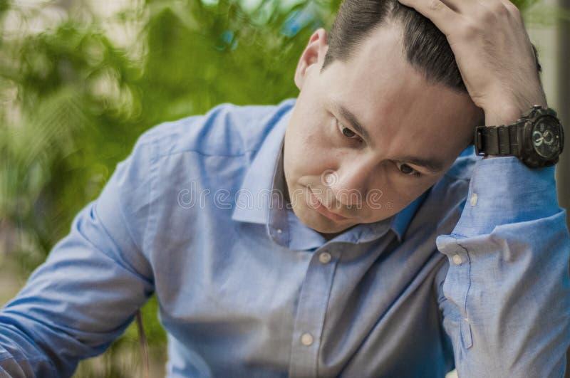Sluit omhoog foto van de vermoeide mens die lange werkdag hebben en vereisend hulp stock fotografie