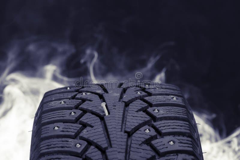 Sluit omhoog foto van de winterband met een spijker in Finland stock foto