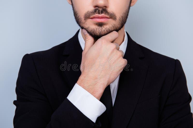 Sluit omhoog foto van de zekere ernstige nadenkende mens in witte shir stock fotografie