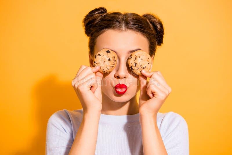 Sluit omhoog foto van dromerig charmerend weinig suikerschotels die van het dame kokende gebakje rond in de keuken na dieet voor  royalty-vrije stock afbeelding