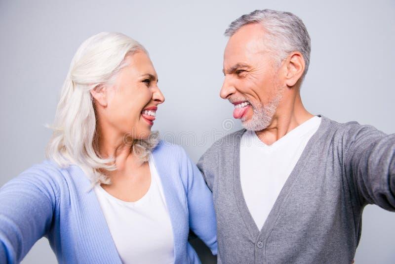 Sluit omhoog foto van gekke gelukkige gekke oude mensen, nemen zij a stock afbeeldingen