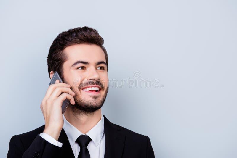 Sluit omhoog foto van glimlachende arbeider in het formalwear roepen aan zijn BO stock fotografie