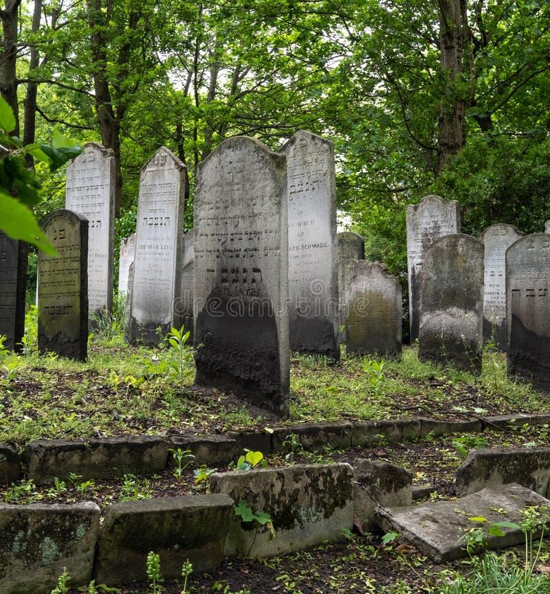 Sluit omhoog foto van grafsteen bij de historische Joodse begraafplaats in Brady Street, Whitechapel, Oost-Londen De foto toont l royalty-vrije stock afbeeldingen