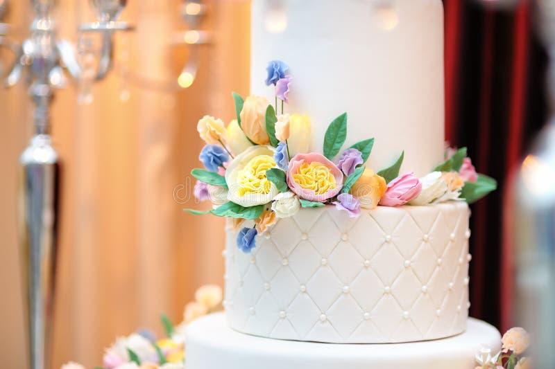 Sluit omhoog foto van heerlijke witte huwelijk of verjaardagscake royalty-vrije stock afbeelding
