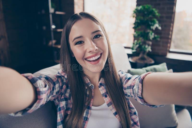 Sluit omhoog foto van het aantrekkelijke positieve blije prachtige schitterende zoete tiener nemen makend zelfportret op gadget stock foto