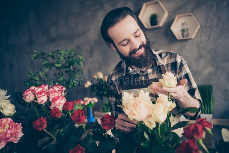 Sluit omhoog foto van leuke knappe slijtage modieuze in rosebud zich van de de persoonsaanraking van mensenmensen tevreden natuur stock foto's