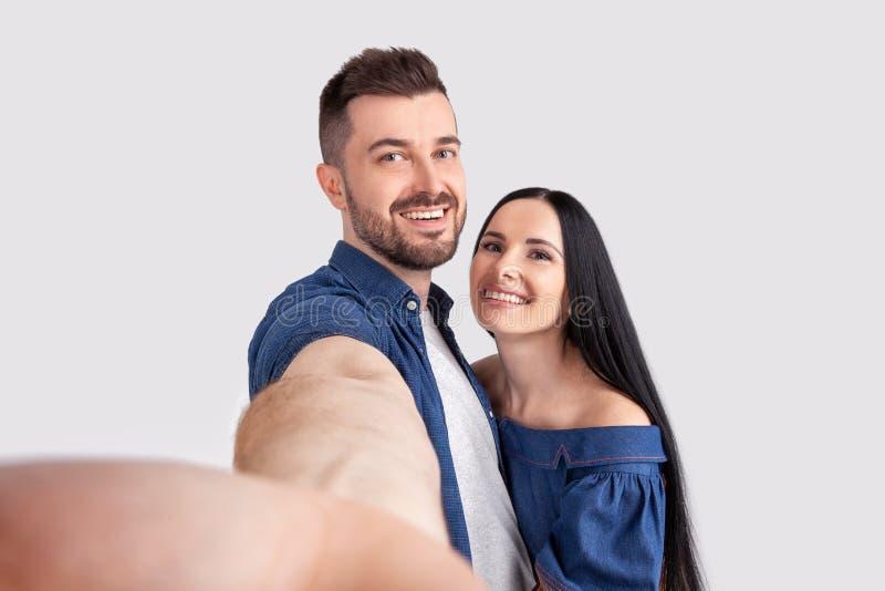 Sluit omhoog foto van mooi charmerend onlangs gehuwde vrouw en echtgenoot die wittebroodsweken hebben Zij zijn gelukkig, hebbend  royalty-vrije stock afbeelding
