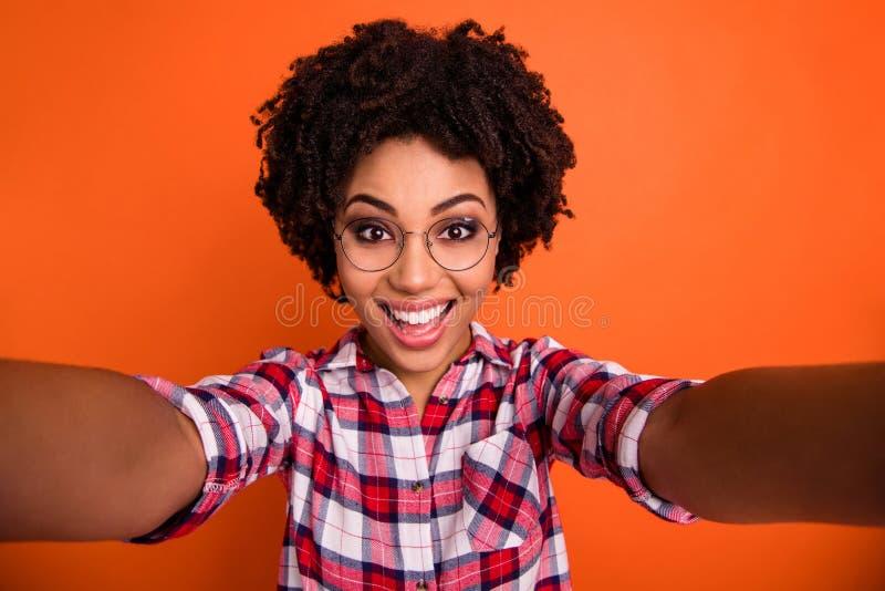 Sluit omhoog foto van mooie dame die selfies het verbazen tot de grote bril maken van de stemmingsslijtage toevallige geruite ove stock foto