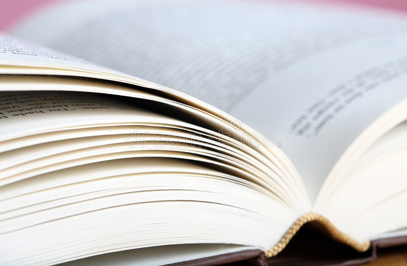 Sluit omhoog foto van Open boek stock afbeeldingen