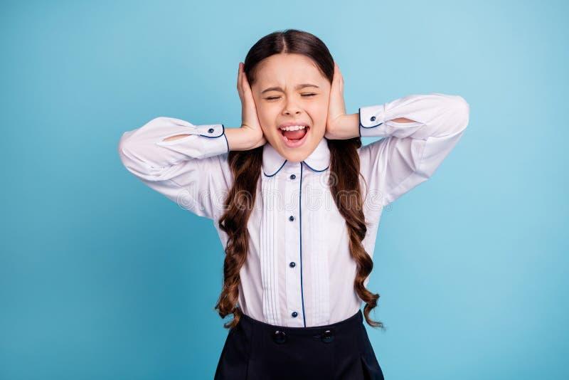 Sluit omhoog foto van oren van de de handenhuid van de schooldame de ogen gesloten de lawaaierige klaslokaalklasgenoten wit overh stock afbeeldingen