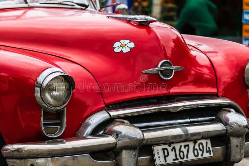 Sluit omhoog foto van rode klassieke Amerikaanse auto stock afbeeldingen