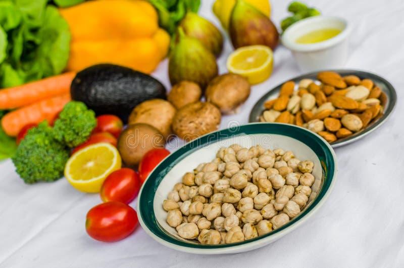 Sluit omhoog foto van verse fruit en groenten, korrels, en noten op een witte achtergrond royalty-vrije stock foto