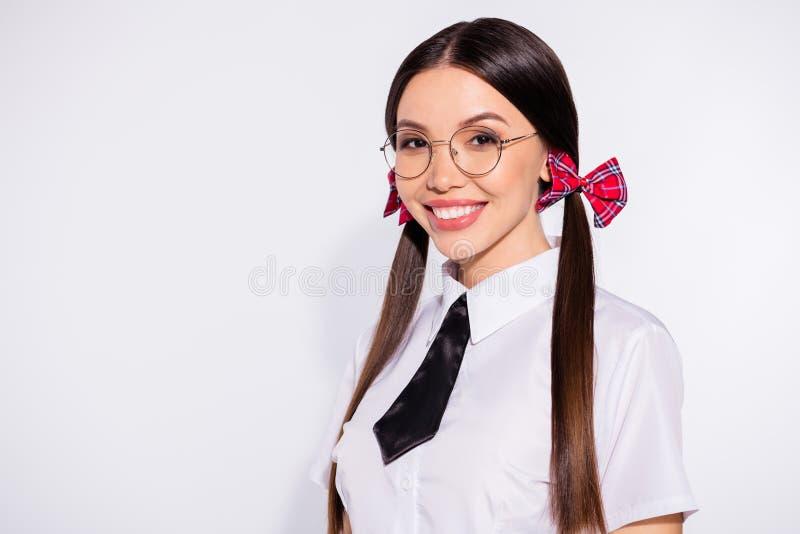 Sluit omhoog foto van vrolijke onafhankelijke mooie schoolpersoon millennial jeugd vindt blij onafhankelijke van geklede zwarte g stock fotografie