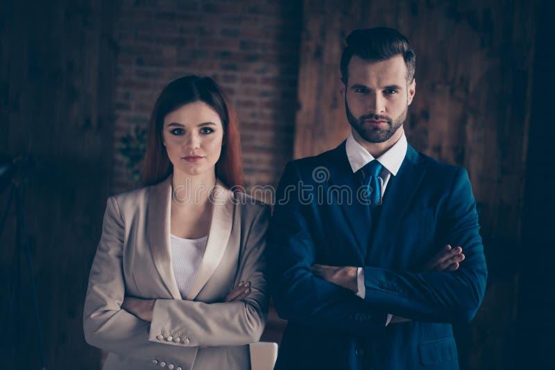 Sluit omhoog foto zij haar bedrijfsdame hij hem zijn kerelvoltooiing de ernstige mensen de eenheid van de wapensunie verenigen ze royalty-vrije stock foto