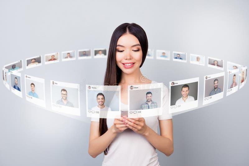 Sluit omhoog fotolezer zij haar aandeel van de de partijene-mail telefoon van de damecontrole repost zoals het forum van de de pa stock illustratie