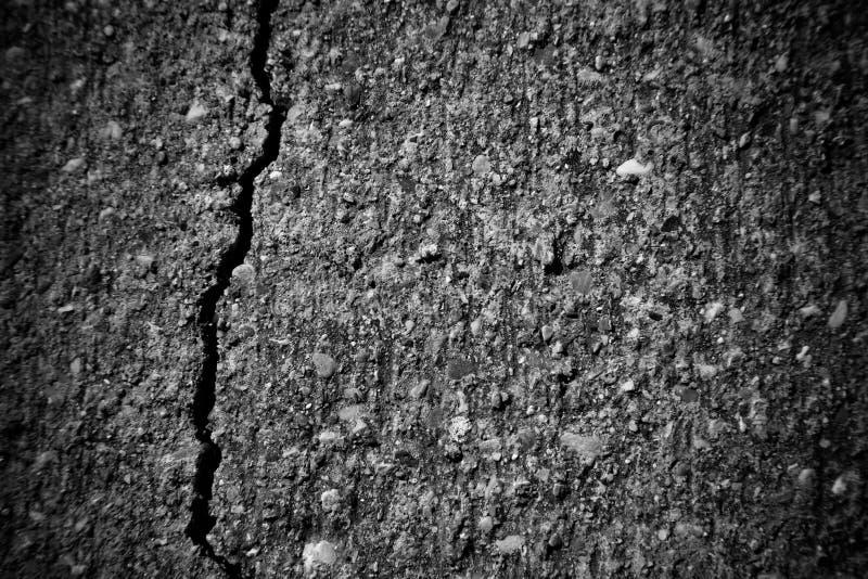 Sluit omhoog fragment van concrete muur met barst Selectieve nadruk royalty-vrije stock fotografie