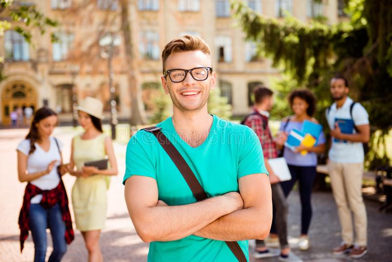 Sluit omhoog geconcentreerde foto van jonge succesvolle blonde nerdy student, royalty-vrije stock afbeelding