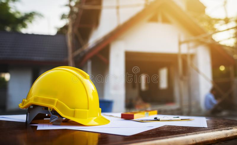 Sluit omhoog gele helm op lijstbureau royalty-vrije stock afbeelding
