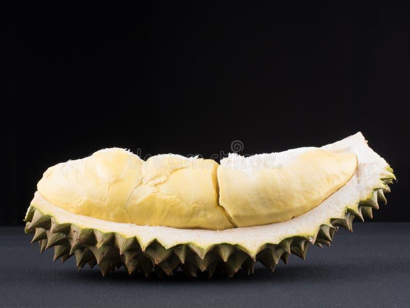 sluit omhoog geschoten op durian, zoete koning van vruchten op donkere achtergrond stock afbeeldingen