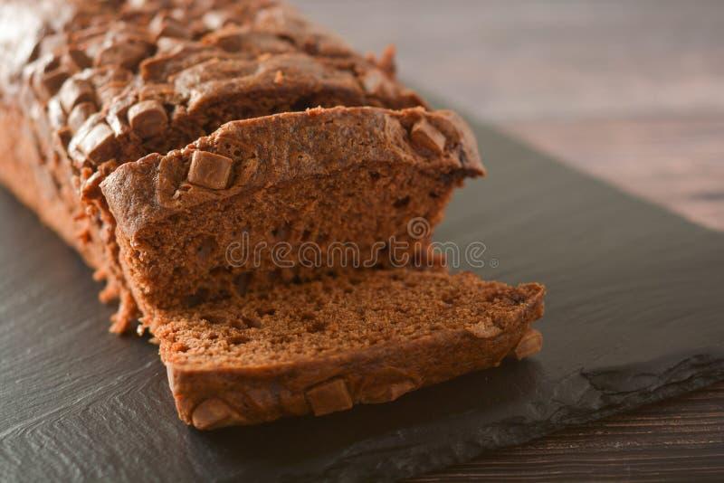 Sluit omhoog geschoten Pondcake met chocoladeschilfers, houten achtergrond stock afbeeldingen
