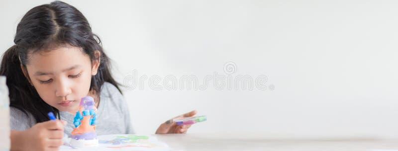 Sluit omhoog geschoten van Aziatische meisje het schilderen kleur ondiepe afd. o royalty-vrije stock afbeelding