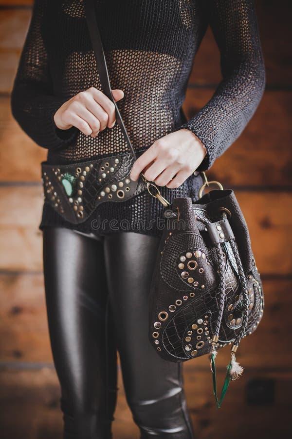 Sluit omhoog geschoten van de Boho-zak van het stijlleer op het meisjeslichaam royalty-vrije stock afbeelding