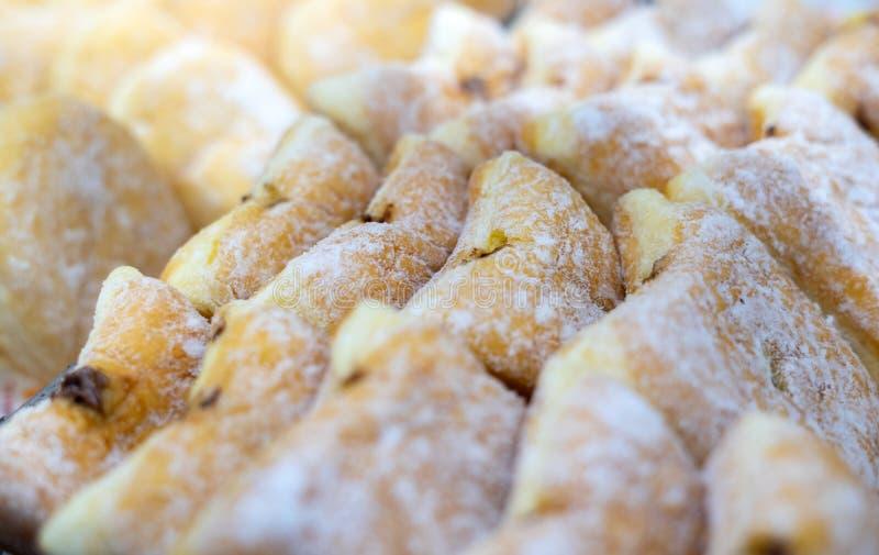 Sluit omhoog geschoten van de doughnutcruller van de chocoladegelei met witte suikerbovenste laagje stock fotografie