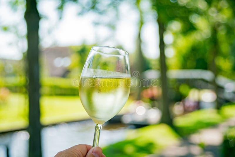 Sluit omhoog geschoten van een glas witte wijn in Giethoorn royalty-vrije stock afbeelding