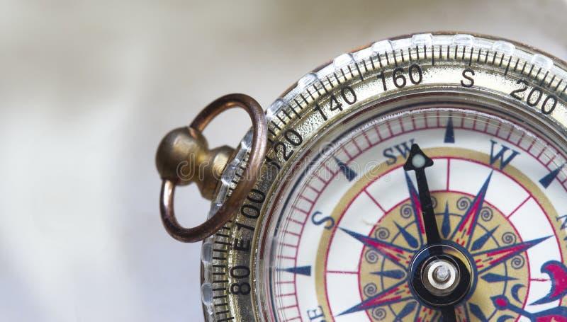 Sluit omhoog geschoten van een kompas stock afbeelding