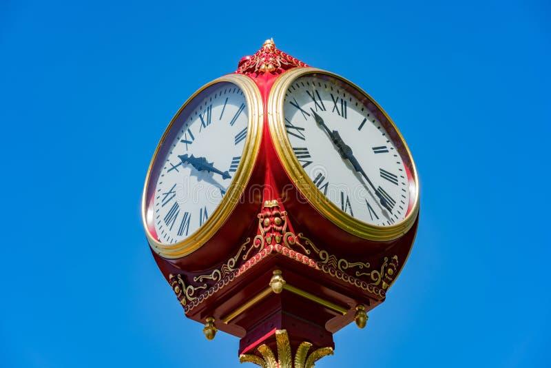 Sluit omhoog geschoten van een rode oude klokketoren royalty-vrije stock foto