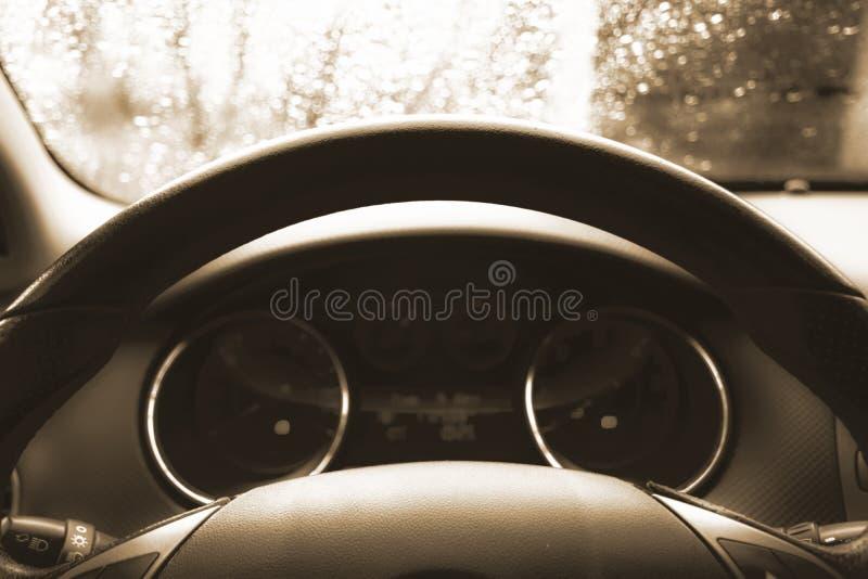Sluit omhoog geschoten van een snelheidsmeter in een auto Het dashboard van de auto Dashboarddetails met aanwijzingslampen Het co stock foto