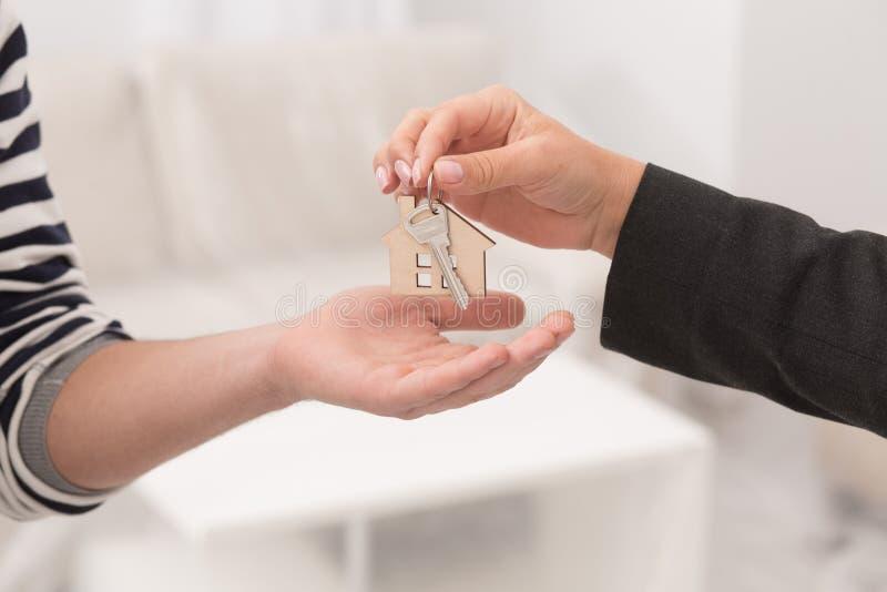 Sluit omhoog geschoten van handen die sleutels van een flat geven stock foto's