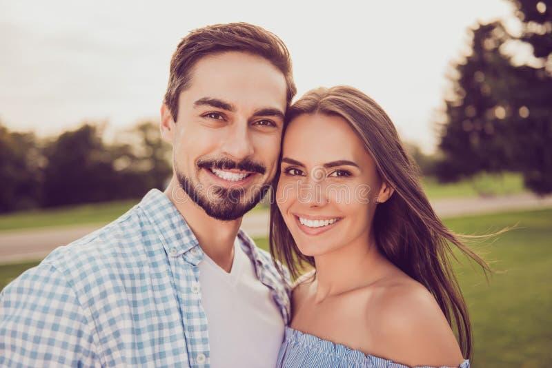 Sluit omhoog geschoten van het aantrekkelijke schitterende leuke zoete partners lopen royalty-vrije stock foto