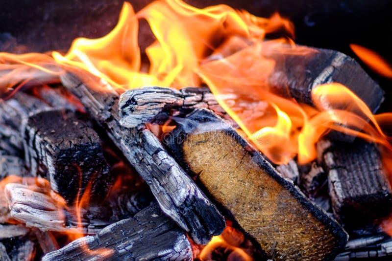 Sluit omhoog geschoten van het branden van brandhout stock afbeeldingen