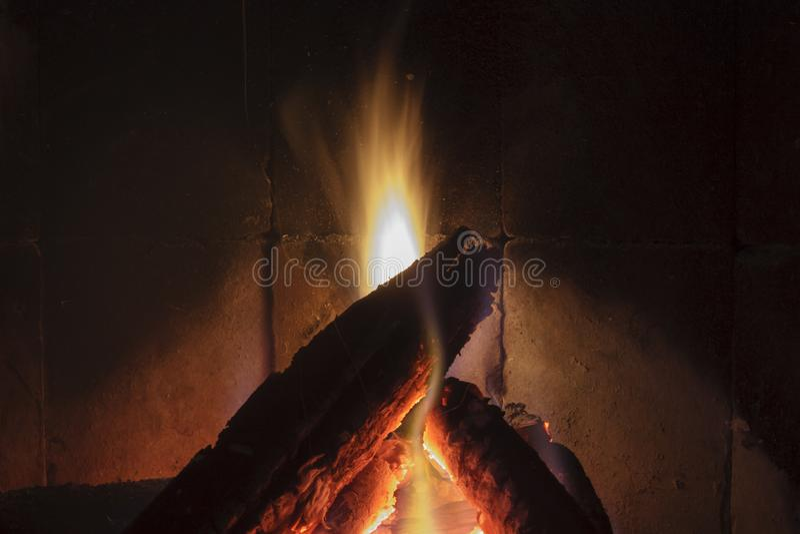 Sluit omhoog geschoten van het branden van brandhout in de open haard stock foto's