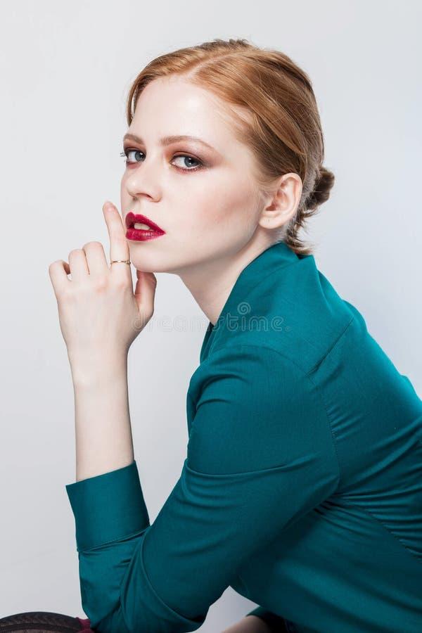 Sluit omhoog geschoten van modieuze jonge vrouw Professionele studiofoto retouch stock afbeeldingen