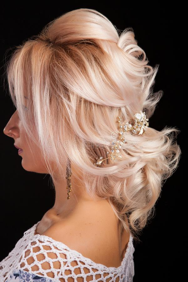 Sluit omhoog geschoten van mooi kapsel op een blondevrouw die op zwarte achtergrond wordt ge?soleerd stock afbeelding